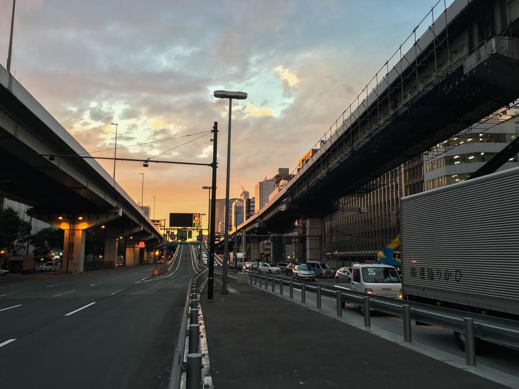 四ツ橋筋と中央大通り交差点の夕暮れ
